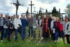 Tinklinio veteranai Kryžių kalne pastatė kryžių anapilin išėjusių Lietuvos tinklininkų atminimui.