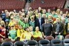 2010 11 22. JAV lietuviai palaiko Lietuvos krepšininkus Darių Songailą ir Liną Kleizą.